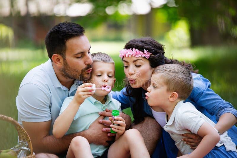 Familie met kinderen die van een de zomerdag genieten samen openlucht royalty-vrije stock foto's