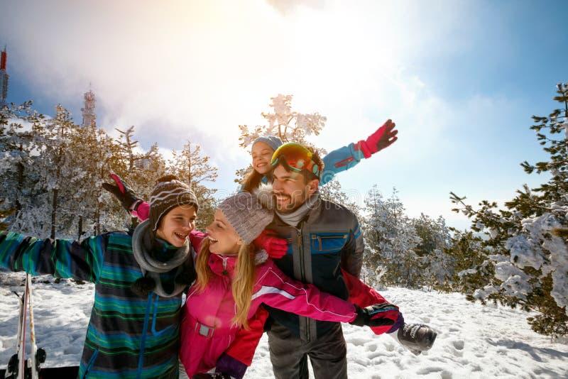 Download Familie Met Kinderen Op De Vakantie Van De De Winterski Stock Foto - Afbeelding bestaande uit mensen, pret: 107706296