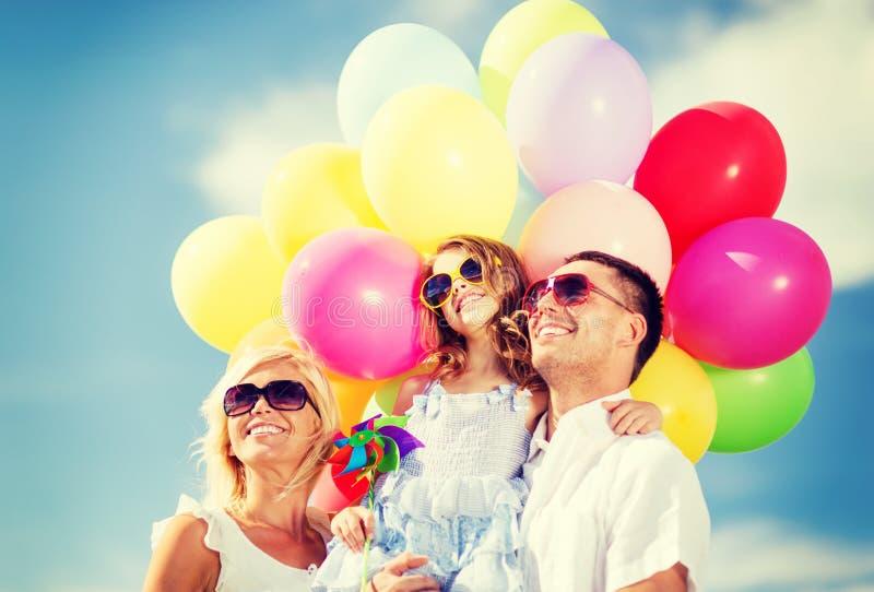 Familie met kleurrijke ballons royalty-vrije stock foto