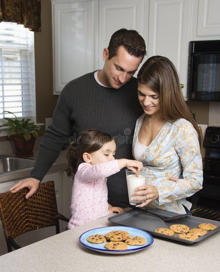 Familie met koekjes.