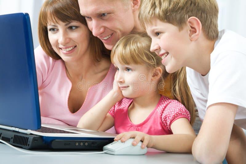 Familie met laptop royalty-vrije stock afbeelding
