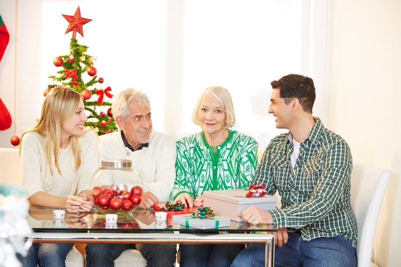 Familie met oudsten die Kerstmis vieren stock foto's