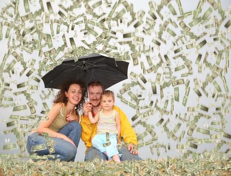 Familie met paraplu onder de collage van de dollarregen stock afbeeldingen