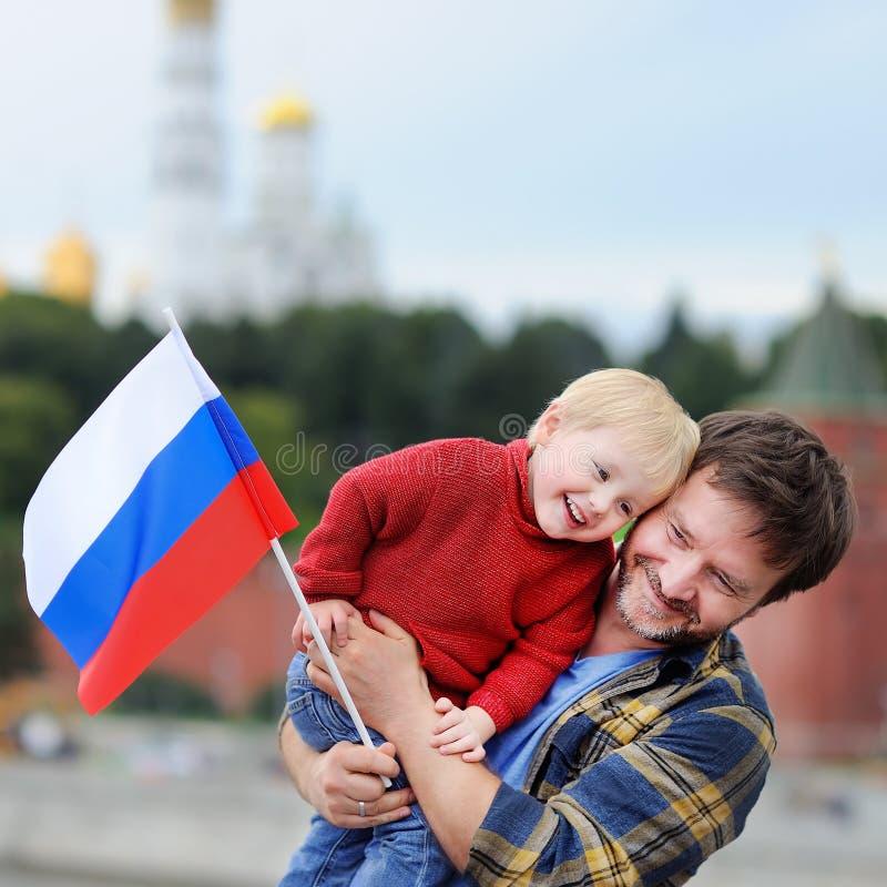 Familie met Russische vlag met Moskou het Kremlin op achtergrond stock foto