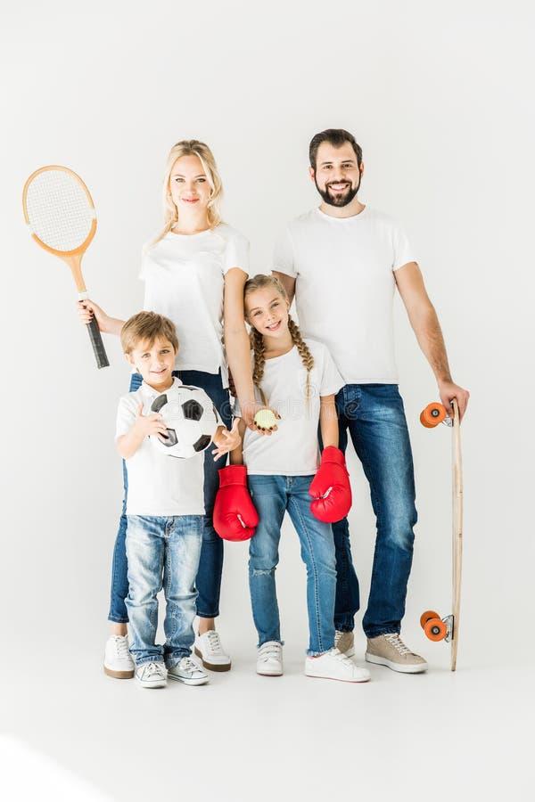 Familie met sportmateriaal stock foto's