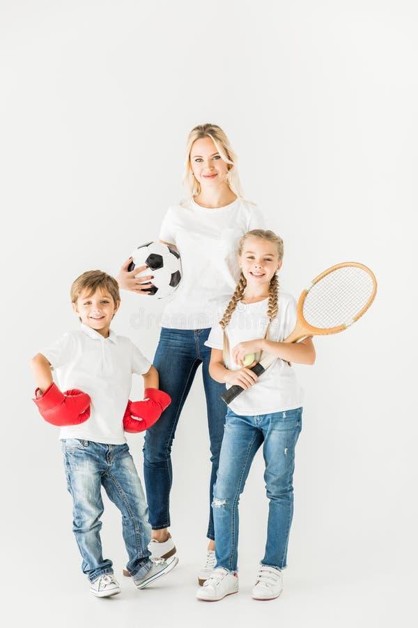 Familie met sportmateriaal royalty-vrije stock foto