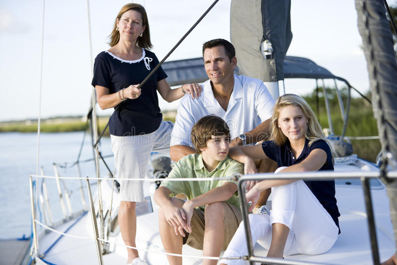 Familie met tieners die samen op boot ontspannen stock afbeeldingen