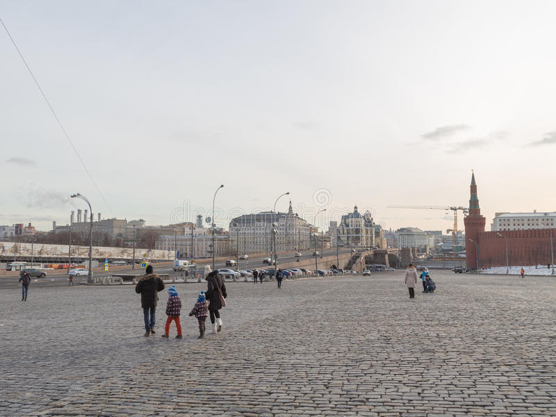 Familie met twee kinderen die op Vasilevsky-afdaling lopen stock afbeelding