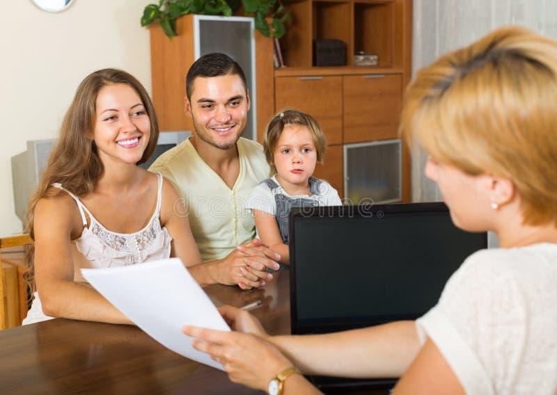 Familie met verzekeringsagent royalty-vrije stock afbeelding