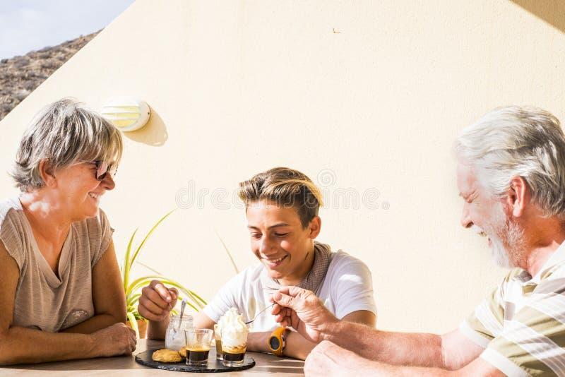 Familie met volwassene en jongen royalty-vrije stock foto's