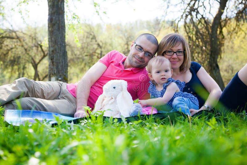 Familie met weinig dochter in het park royalty-vrije stock fotografie