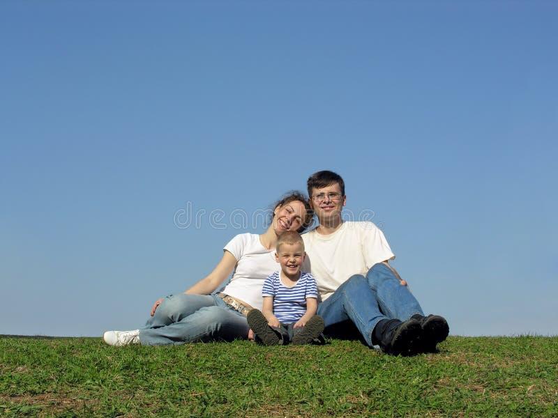 Familie met zoon. weide. stock foto