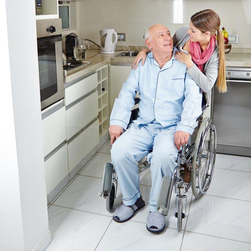 Familie mit älterem Mann stockbild