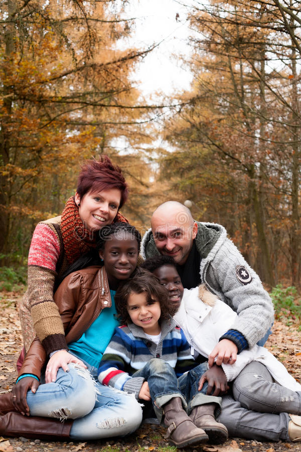 Familie mit adoptierten Kindern stockbild