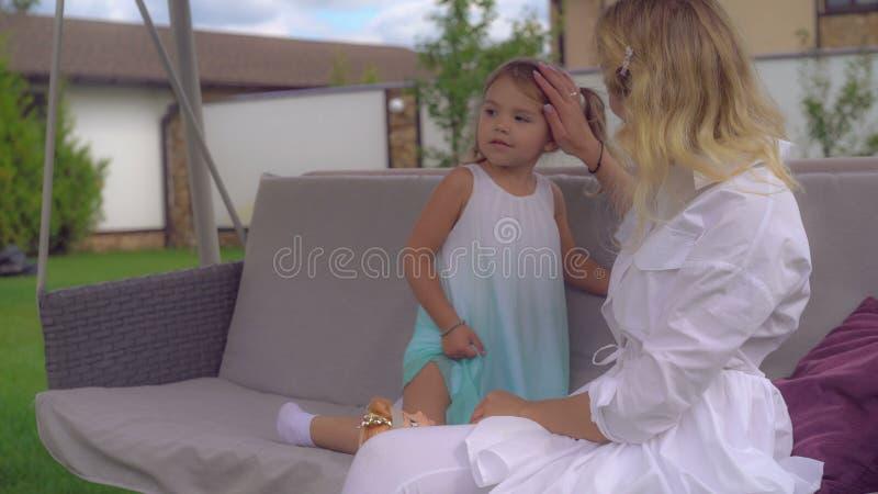 Familie mit dem blonden Haar, das draußen spielt lizenzfreie stockfotografie