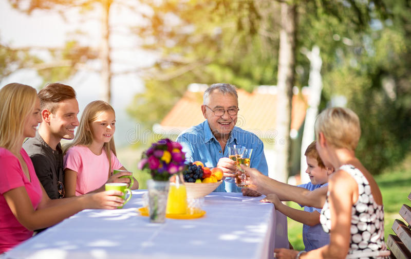 Familie mit dem Großelterngenießen lizenzfreie stockbilder
