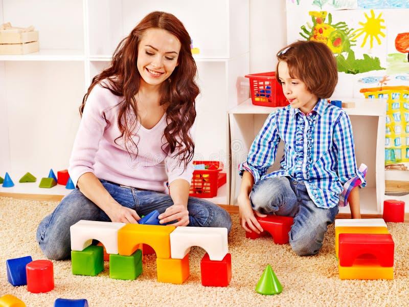 Familie mit dem Kind, das Ziegelsteine spielt. stockfoto
