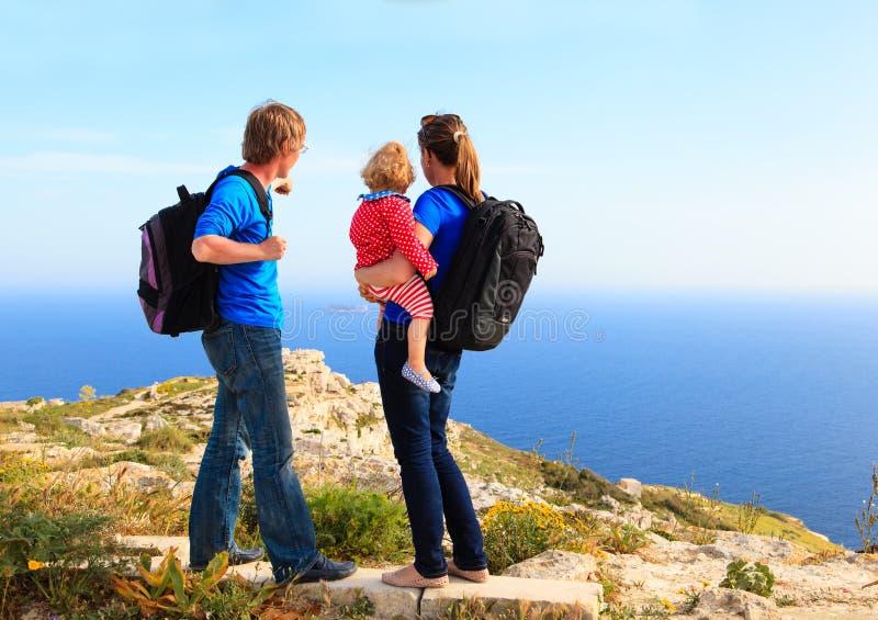 Familie mit dem kleinen Baby, das in den Sommerbergen wandert lizenzfreie stockfotos