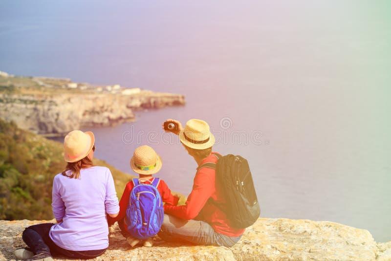 Familie mit dem kleinen Kind, das selfie während Reise macht stockfotografie