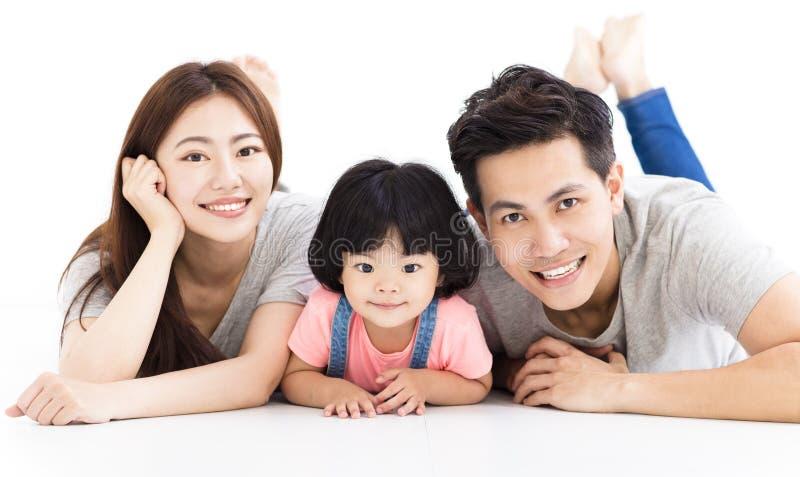 Familie mit dem kleinen Mädchen, das auf dem Boden spielt lizenzfreie stockfotografie