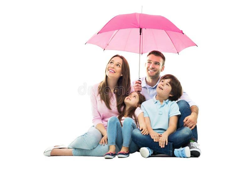 Familie mit dem Regenschirm lizenzfreie stockfotos