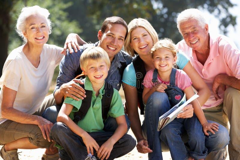 Familie mit drei Erzeugungen auf Landweg stockfotos