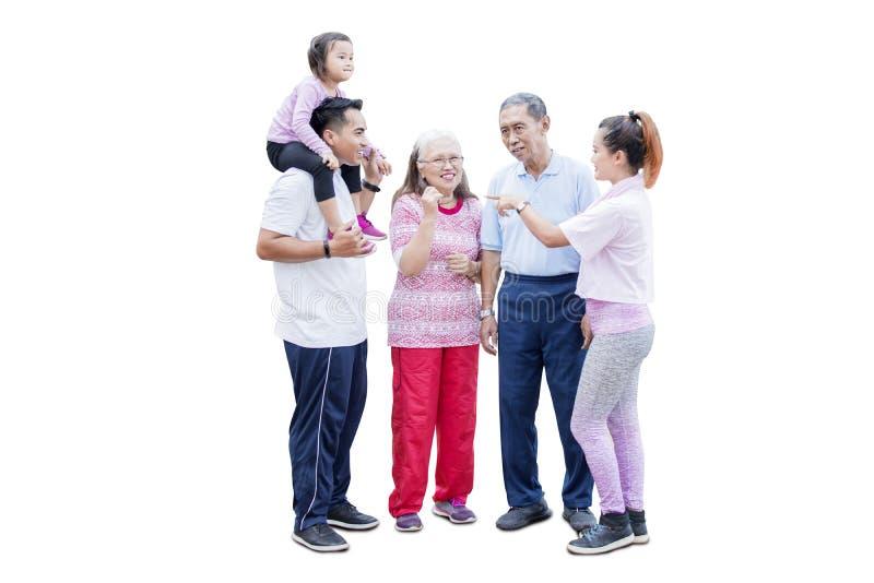 Familie mit drei Generationen, die im Studio spricht lizenzfreie stockfotografie