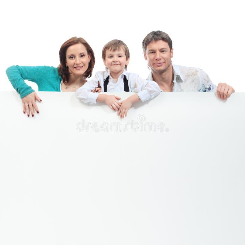 Familie mit einer Anschlagtafel stockbild