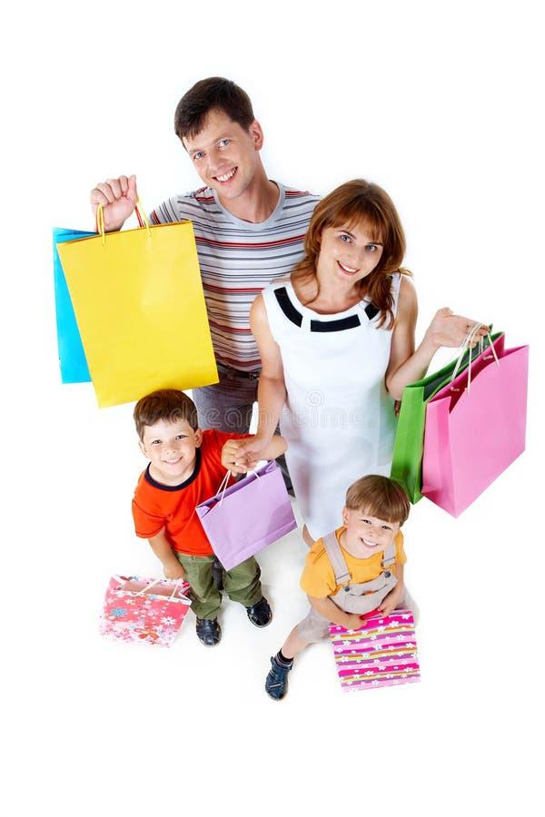 Familie mit Geschenken stockbild