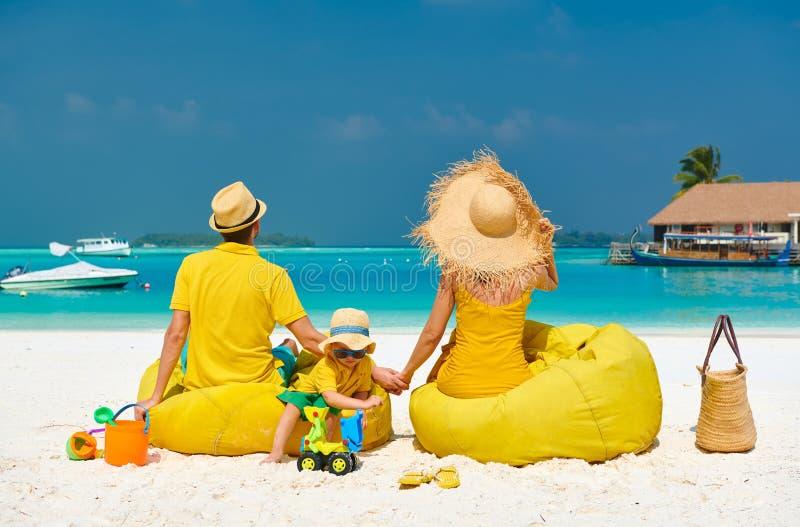 Familie mit jährigem Jungen drei auf Strand stockfotos