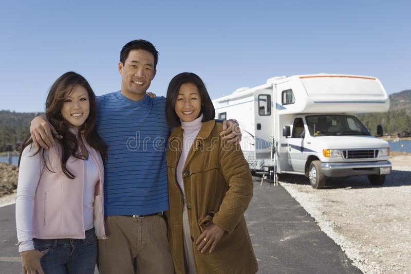Familie mit jugendlicher Tochter außerhalb RV stockfotos