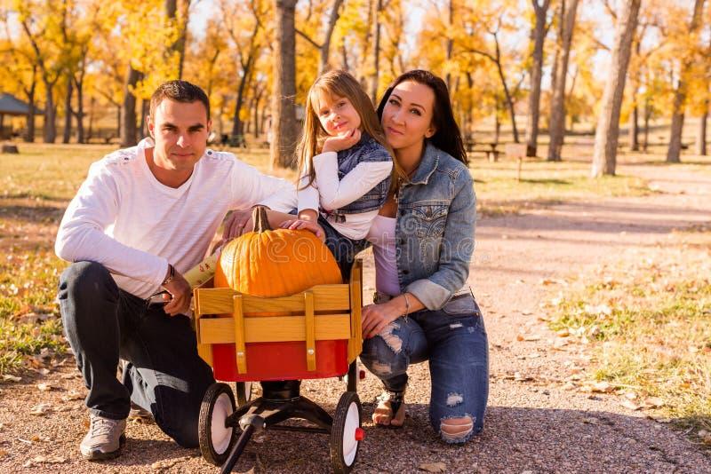 Familie mit Kürbisen lizenzfreie stockfotos