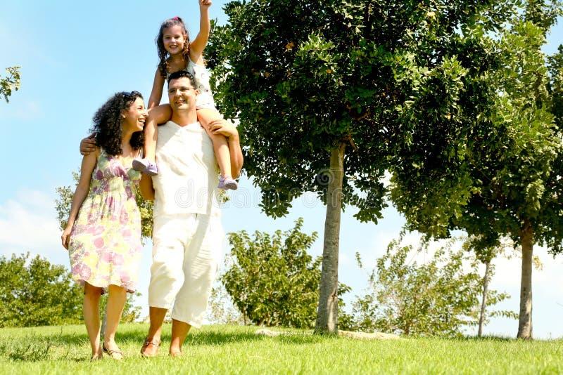 Familie mit Kind auf Schultern stockfoto