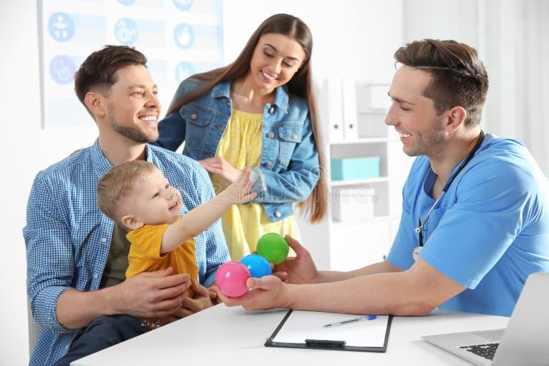 Familie mit Kinderbesuchsdoktor stockfotos