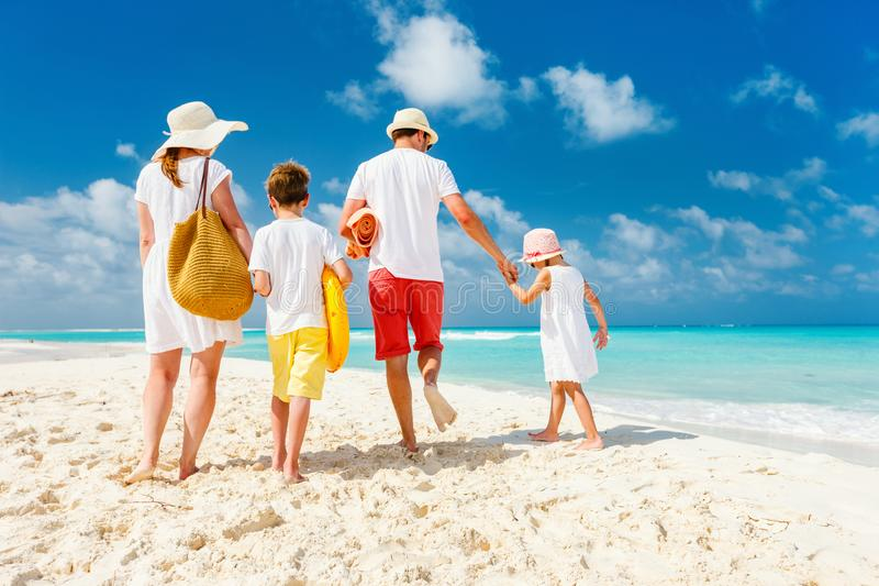 Familie mit Kindern auf Strandferien stockfoto