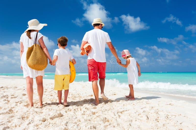 Familie mit Kindern auf Strandferien lizenzfreie stockfotos