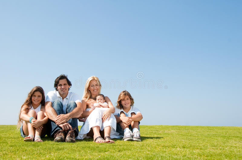 Familie mit Kindern und Schätzchen auf dem Gebiet lizenzfreies stockfoto