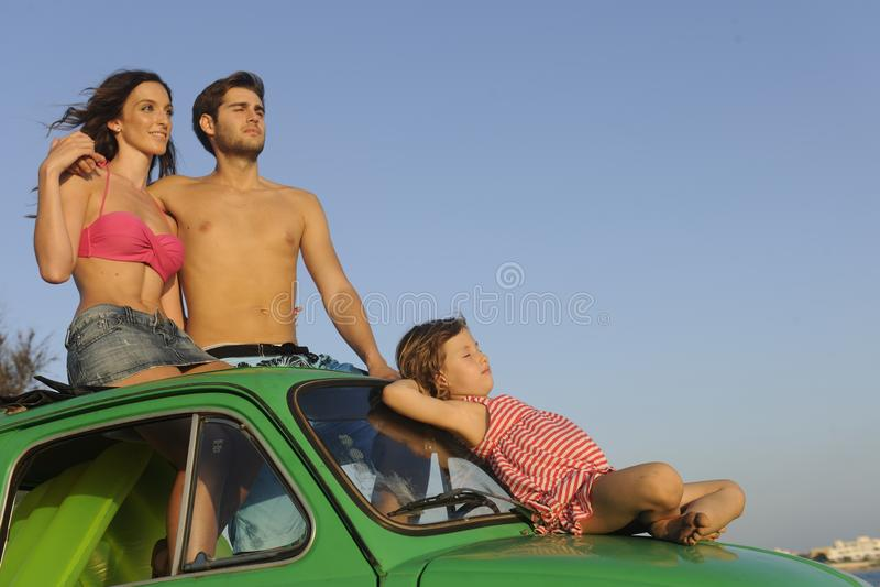 Familie mit kleinem Auto auf Ferien stockbild