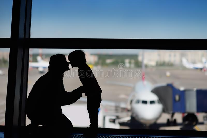 Familie mit kleinem Jungen am internationalen Flughafen stockbild