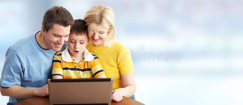 Familie mit Laptop-Computer lizenzfreie stockfotografie