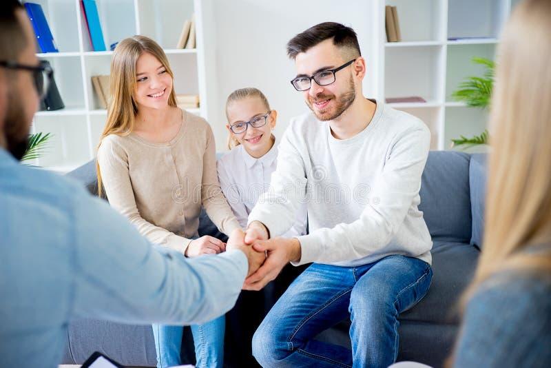 Familie mit Psychologen lizenzfreies stockfoto