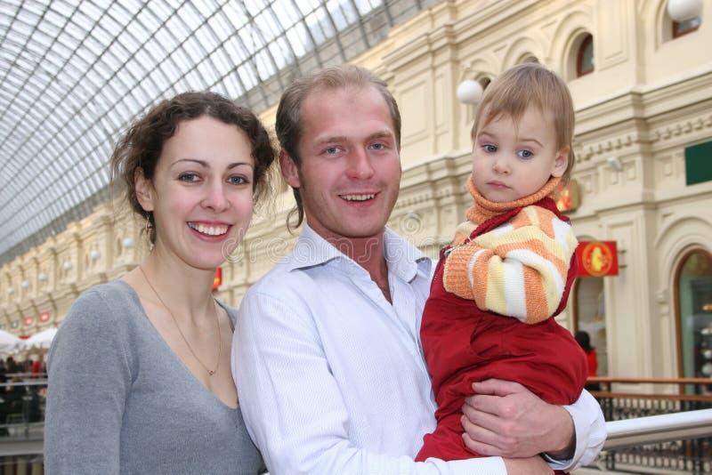 Familie mit Schätzchen lizenzfreie stockfotos