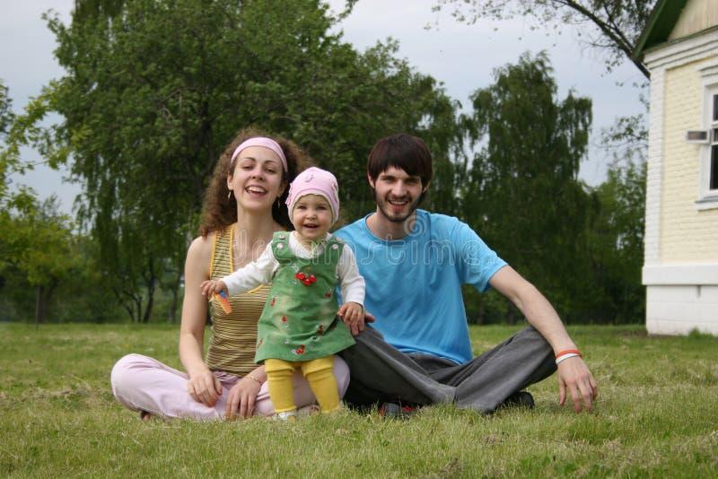 Download Familie mit Schätzchen stockbild. Bild von tochter, outdoor - 872367
