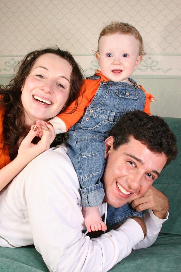 Familie mit Schätzchen auf Sofa stockfotografie