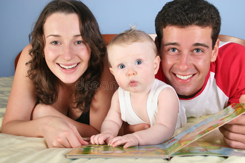 Familie mit Schätzchen las Buch lizenzfreies stockfoto