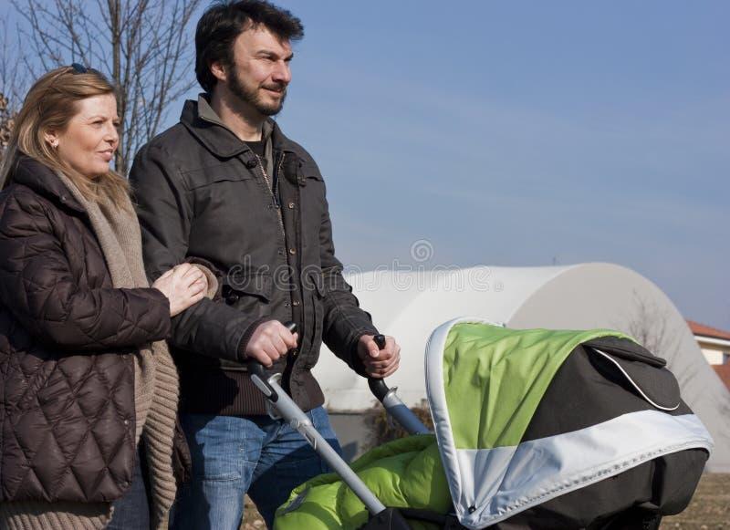 Familie mit Spaziergänger lizenzfreie stockbilder