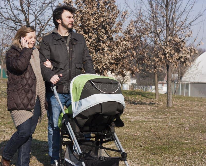Familie mit Spaziergänger lizenzfreie stockfotografie