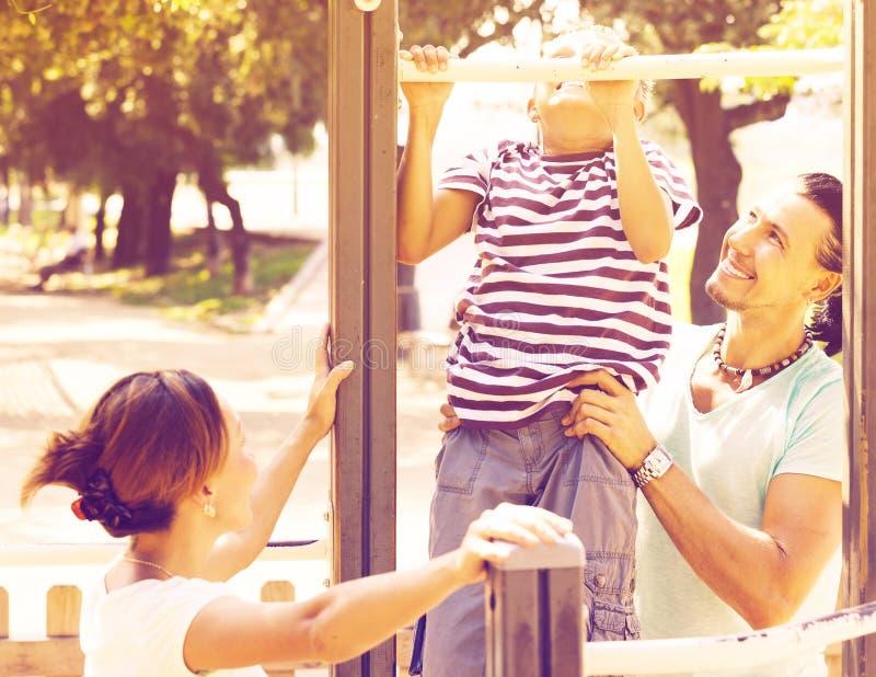 Download Familie Mit Training Des Jugendlichen Sohns Ziehen An Stange Hoch Stockfoto - Bild von park, glücklich: 90235008