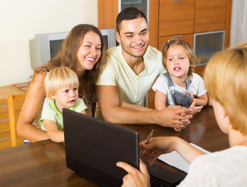Familie mit Versicherungsagenten lizenzfreie stockfotos