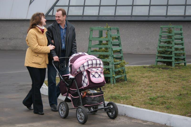 Familie mit Wagen stockbilder